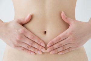 腸に効いている女性の腹部写真