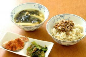 発酵食品である納豆、みそ汁、漬物の日本の朝食の写真